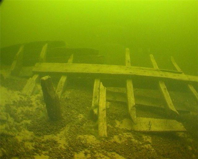Фрагмент деревянного судна в Днепре.